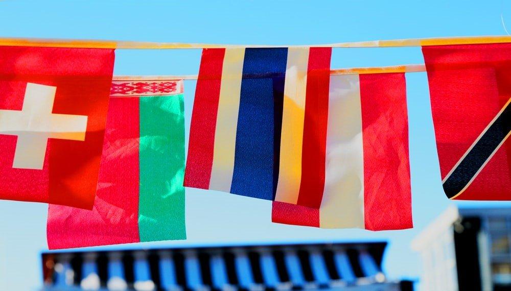 banderas de muchos países colgadas