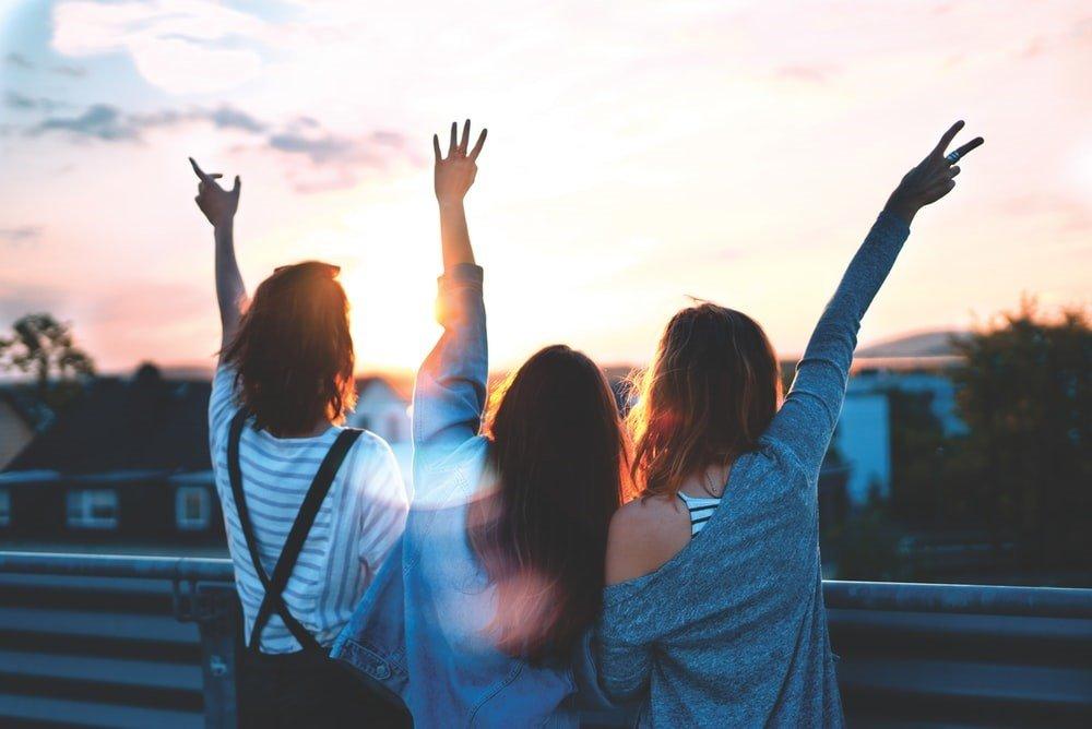 Tres amigas posando para una foto.