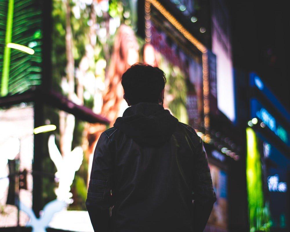 Persona paseando en la noche.