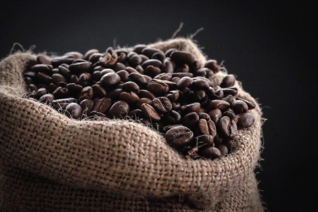 Granos de café en una bolsa.