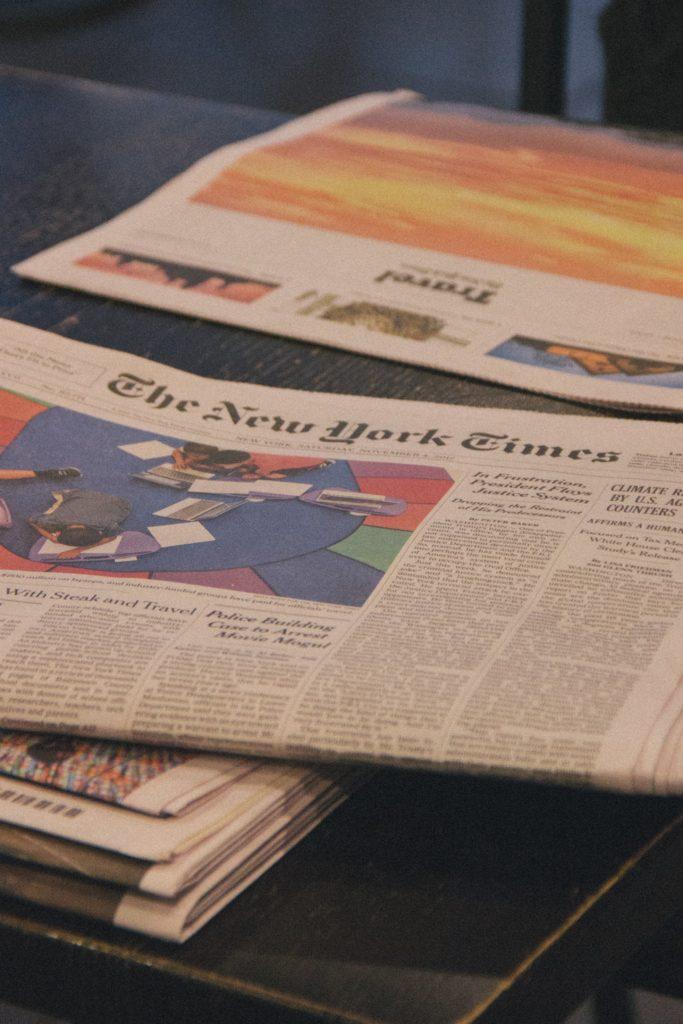 periódicos encima de una mesa