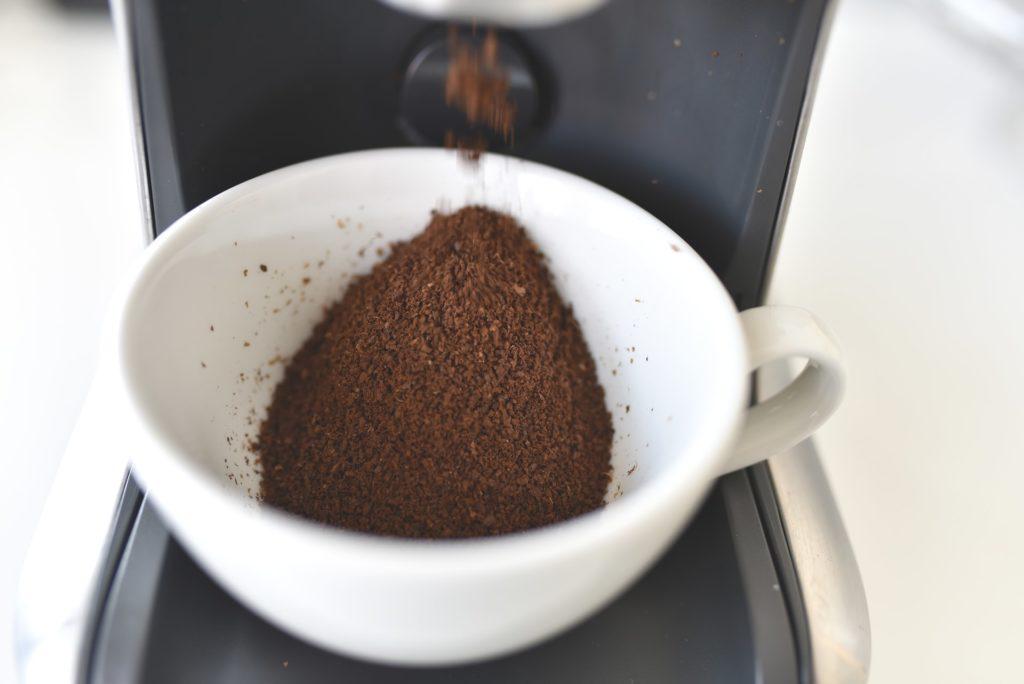 café molido para hacer exfoliante de café.